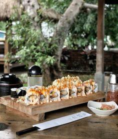 """#Bali #Kuta > """"Paket 1"""" Tahari Sushi di @WarungOngan #Legian. Salmon Maki Crunchy Roll & Crispy Fire Cracker Roll (70k). Tempat yang nyaman dikelilingi pepohonan di gazebo2 yang bikin suasana makan jadi santai"""