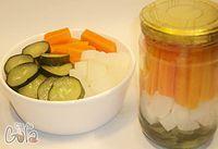 Picles. Um processo de conserva muito fácil, apesar de parecer um pouco complicado. O picles original é feito somente com Pepinos, mas é bastante comum receitas com vários tipos de legumes. Você pode mudar a receita, acrescentando ou substituindo ingredientes a seu gosto.