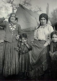 Old Gypsy Pictures- Purane Rromane Patretsi Gypsy Life, Gypsy Soul, Gypsy Women, Gypsy Living, Gypsy Caravan, Vintage Gypsy, Prussia, Second World, Bohemian Gypsy
