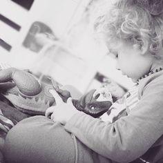 - Dinossauro dinossauro! .. . A gente fica por aqui brincando trocando ideias tentando dar chupeta pro dinassauro dele! hahaha -Mas Caio dinossauros não usam chupetas. - Calo que não mãe ele vai comer ela bobinha! Morri com o bobinha! haha  E seguimos assim... . . . . #amaecoruja #pin #moms #maedemenino #mylittleboy #lifestyle #filhos #maede3 #motherhood #cute #blessed #love