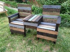 DIY outdoor pallet chairs.