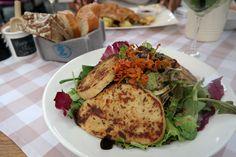 {Wildkräutersalat mit Zucchini-Quarkpflanzerl und Trüffel mit Balsamico-Dressing} Restaurantempfehlung für München