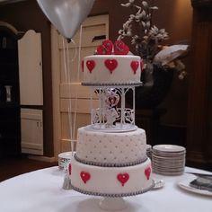Bruidstaart met verlichting in het prieeltje Cakes And More, Wedding Cakes, Pink Hearts, Lights, Desserts, Food, Silver, Pies, Tailgate Desserts