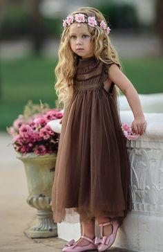 Лорен Хелен дизайнеров моды не согласиться, что маленькие девочки должны так долго ждать, чтобы быть принцессой. Вот почему они ввели их потрясающий диапазон Принцесса бальное платье цветок девочки платья, который идеально подходит для темы сказки, традиционная свадьба или современная партия.
