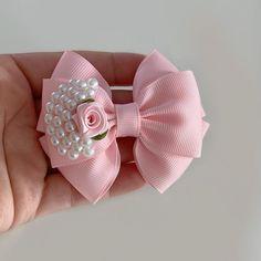 Pink Hair Bows, Ribbon Hair Bows, Ribbon Work, Fabric Flower Tutorial, Fabric Flowers, Felt Hair Accessories, Girl Gift Baskets, Fancy Bows, Baby Hair Clips