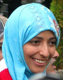 Tawakkul Karman Nacida el 7 de febrero de 1979 en Ta'izz, Yemén, es una periodista, política y activista yemení por la defensa de los derechos humanos, fundadora en 2005 del grupo Mujeres sin cadenas1 y una personalidad política del partido islámico, Congregación Yemení por la Reforma.2 El viernes 7 de octubre del 2011 obtuvo el Premio Nobel de la Paz.