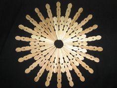 Quelques pinces à linges en bois, pas chères en grandes surfaces (les 36 : 1.40€) , de la colle et un peu d'imagination : voilà ce que...
