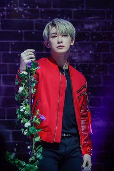 Omg !He looks like a modern prince :3