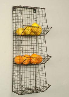 Voici un petit produit sympathique qui vous permettra de stocker vos fruits et légumes sans avoir recours à une corbeille à fruits et surtout sans prendre une place de dingue dans votre cuisine. Le produit est en fil de métal et comporte plusieurs étagères pour faciliter le rangement vertical.