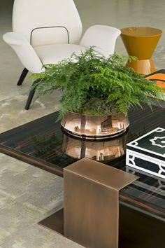 Vaso cobre é destaque na mesa de centro