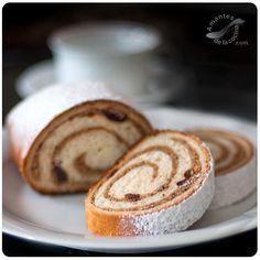 El pan tipo Strudel con avellanas es una receta muy antigua que se hacía en casa de la abuela de mi esposo y por tradición lo rellenaba con semillas de amapola, otras veces con avellanas o nueces.