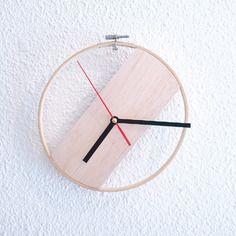 Horloge en bois dans un cercle à broder, horloge créateur, modèle unique en bois brut