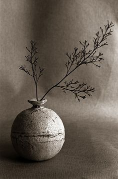 Pam's Shino Vase by voor Hees wabi sabi Deco Pastel, Deco Floral, Arte Floral, Wabi Sabi, Ikebana, Ceramic Pottery, Ceramic Art, Keramik Vase, Still Life Photography