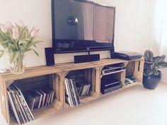 DIY tv kast van fruit kisten.... Leuk om ook je LP verzameling een plekje te geven.