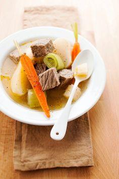 Ce plat traditionnel est à base de boeuf mijoté dans un bouillon garni de légumes et d'herbes aromatiques.