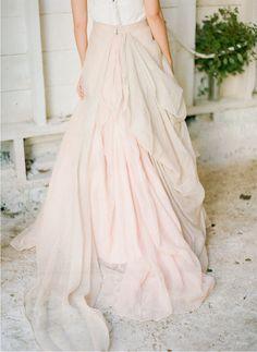 ésta fabulosa falda y una simple blusa de chifón són ideales para cualquier novia http://ideasparatuboda.wix.com/planeatuboda