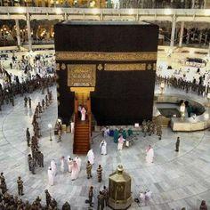 Opening the door of Kaabah