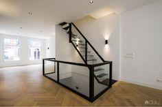 Zwevende stalen trap met glas