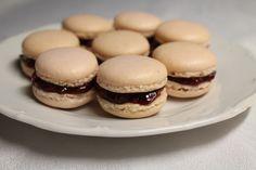 meggyes macaron Naan, Macarons, Hamburger, Bread, Cookies, Food, Crack Crackers, Macaroons, Biscuits