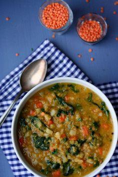 Das vegane rote Linsencurry mit Blattspinat ist frisch, gesund und steht in 30 Minuten auf dem Tisch.