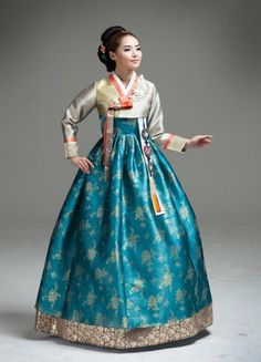 Somiglia a Eugene :) Korean Hanbok, Korean Dress, Korean Outfits, Korean Traditional Dress, Traditional Dresses, Ao Dai, Korea Fashion, Asian Fashion, Kimono Tradicional