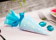10 Easter table decorations, easy crafts and DIY Easter treat bags - - Wedding Favours Easter, Diy Wedding Favors, Easy Diy Crafts, Decor Crafts, Candy Table Decorations, Wood Christmas Tree, Easter Crafts For Kids, Easter Decor, Deco Table