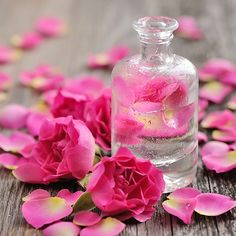 Hydrolat de Rose BIO cosmétique Rose hydrosol, also known as rose water, is essential and irreplacea Best Beauty Tips, Diy Beauty, Beauty Hacks, Luxury Beauty, Bleaching Your Skin, How To Make Red, Fresh Rose Petals, Pink Petals, Flower Petals