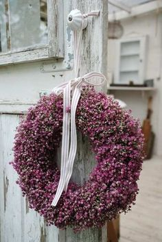 Pretty heather wreath ~t~ Diy Wreath, Door Wreaths, Decoration Shabby, Christmas Wreaths, Christmas Decorations, Cottage In The Woods, Cottage Style, Purple Home, Plum Purple