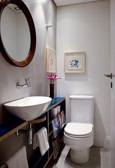 Um despojado gabinete aberto, feito de compensado naval e revestido de Formica azul, compõe o lavabo, projetado pelo arquiteto Maicon Antoniolli. O espelho, com moldura de jacarandá, é dos anos 1950