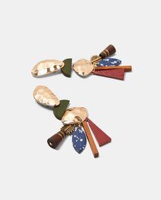 Immagine 2 di ORECCHINI METALLO E LEGNO di Zara