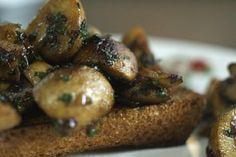 De absolute bistroklassieker is een smakelijke toast champignon. Met heel weinig ingrediënten kan je deze smaakmaker in geen tijd op tafel toveren. Wie een beetje op de details let, kan jong en oud verrassen met een snelle hap van wereldklasse. Wedden dat je tafelgasten om meer vragen?