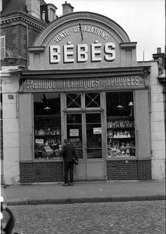 """Paris-13ème - rue de la Glacière - vente de """"Bébés"""", années 1960 © Maurice Bonnel"""
