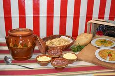 Dale un toque de feria a tu evento con casetas, mesas pintadas a mano y comida típica andaluza.  #Events #Feria #Decoration #Food Moscow Mule Mugs, Tableware, Kitchen, Roman Soldiers, Painted Tables, Dinner, Events, Food, Dinnerware