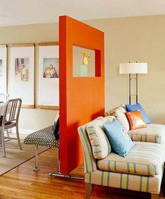Une cloison amovible orange en séparation dans le salon