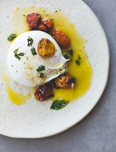 Burrata Cheese with Slow Roasted Tomatoes and Basil Soft & creamy burrata cheese topped with slow roasted cherry tomatoes, olive oil, & basil, an incredible summer appetizer. Can use buffalo mozzarella. Vegetarian Recipes, Cooking Recipes, Healthy Recipes, Cheese Recipes, Appetizer Recipes, Cheese Appetizers, Burrata Cheese, Burrata Mozzarella, Roasted Cherry Tomatoes