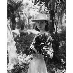 """Hepburns Look wirkt bis heute zeitlos modern. Die Schauspielerin ließ sich übrigens fast immer nur von links – ihrer Schokoladenseite! – fotografieren. Hier ist sie am Set in Afrika für den Film """"The Nun's Story"""" zu sehen, fotografiert von Leo Fuchs"""