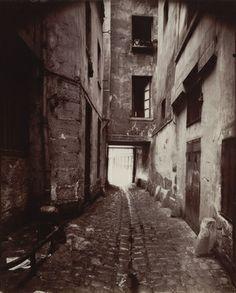 Eugène Atget. Courtyard, 22 rue Quincampoix. 1912 Paris 3, Old Paris, Vintage Paris, Paris Street, Modern Photography, Monochrome Photography, Eugene Atget, Berenice Abbott, French Photographers