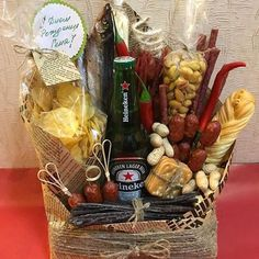 Gifts baskets food 20 Ideas for 2019 Food Bouquet, Candy Bouquet, Handmade Gifts For Boyfriend, Boyfriend Gifts, Beer Basket, Gift Card Presentation, Food Gift Baskets, Edible Bouquets, Diy Christmas Lights