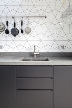 11 types of white kitchen splashback tiles: Add interest with shape over colour - STYLE CURATOR White kitchens don't have to be boring, especially when you add visual texture with interesting tile shapes. Here are 11 white kitchen splashback tiles. Kitchen Splashback Tiles, Grey Cabinets, Cuisines Design, Kitchen Colors, Ikea, Kitchen Interior, Kitchen Remodel, Decoration, Home Decor