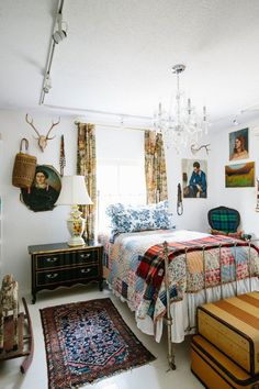 In the guest bedroom Aldridge layered a mix of vintage quilts and throws on the Victorian iron bed one of her daughters. Furniture Makeover, Furniture Decor, Bedroom Furniture, Bedroom Decor, Furniture Outlet, Bedroom Artwork, Bedroom Interiors, Furniture Removal, Plywood Furniture