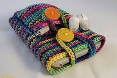 Crochet Ipod case Good idea having an earphone pocket - would be good to have as an iPad case too with the accessories pocket! Crochet Phone Cover, Crochet Case, Crochet Purses, Love Crochet, Crochet Gifts, Knit Crochet, Crotchet, Loom Knitting, Knitting Patterns