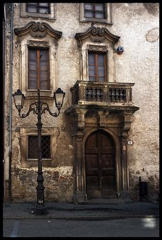 Door n windows of un palazzo in Amatrice, is a town n comune in de province of Rieti, in northern Lazio_ Central Italy