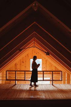 Une maison au style épuré de l'architecte Canadien Pierre Thibault aux mythiques Jardins de Métis. La maison est utilisée pour les concepteurs et stagiaires pendant la période estivale. Idéale pour les retraites stratégiques, les camps de yoga en nature ou les rencontres familiales. Comfort, nature et sobriété de style nordique s'offrent à vous. À une vingtaine de minutes du Mont-Comi pour les amateurs de ski et à quelques pas du Parc de la rivière Mitis pour la raquette ou les randonnées. Canada, Ski, Louvre, Yoga, Building, Nature, Travel, Design, Gardens