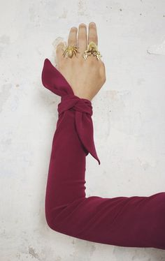 Top with sleeves that tie at the cuffs. Kurti Sleeves Design, Sleeves Designs For Dresses, Sleeve Designs, Blouse Designs, Hijab Fashion, Fashion Dresses, Fashion Details, Fashion Design, Inspiration Mode