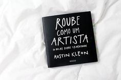 Foto do livro Roube como um artista do Austin Kleon em cima da cama com edredom branco