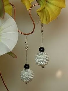 orecchini pendenti con perla rivestita ad uncinetto