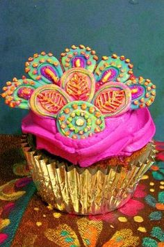 peacock cupcake - this is so beautifully colorful it has to go on both the yummy food board AND the color board!!
