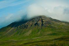 Nebel über einer Bergkuppel auf Island entlang der A1.