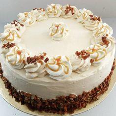 """Voici le petit nouveau du Poffee's le """" Son Daim"""" le layer cake caramel beurre salé et daim ! Enjoy - poffees_pastries"""