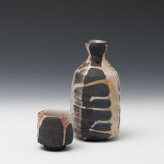 Lisa Hammond - sake bottle and guinomi Raku Pottery, Pottery Art, Pottery Ideas, Lisa Hammond, Sake Bottle, Black Clay, Pinch Pots, Japanese Pottery, Ceramic Design
